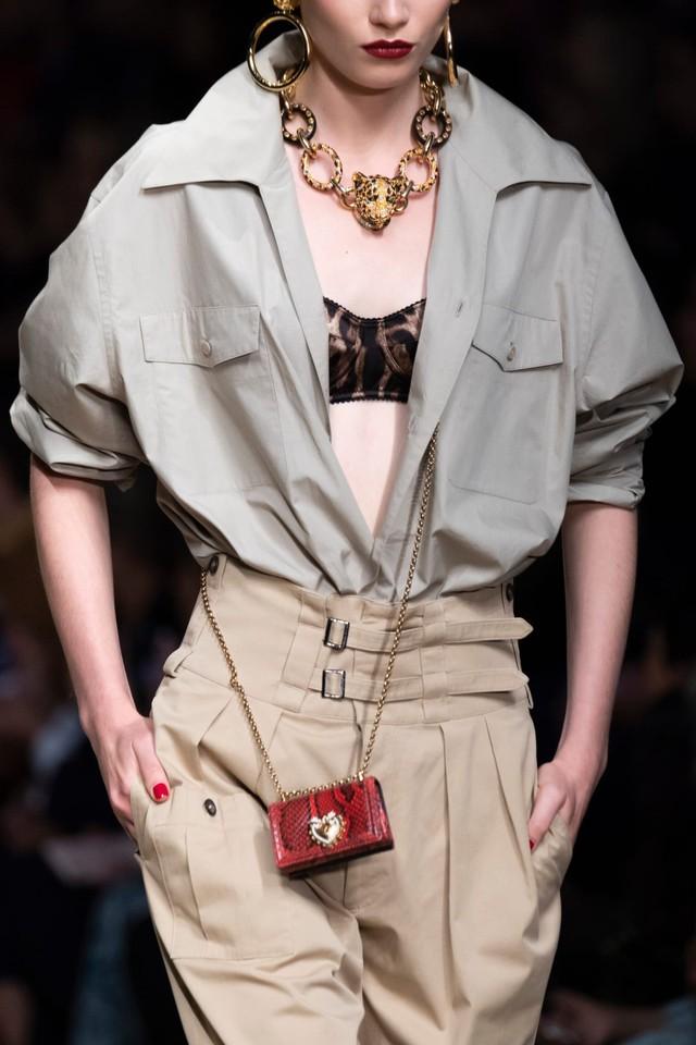 Túi xách siêu nhỏ tiếp tục đổ bộ các tuần lễ thời trang - Ảnh 3.