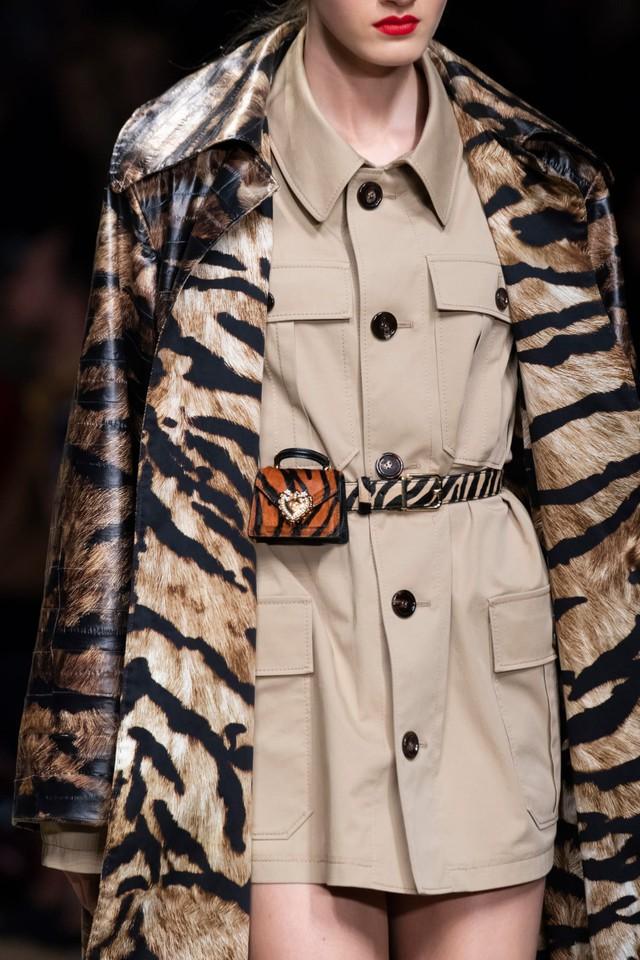 Túi xách siêu nhỏ tiếp tục đổ bộ các tuần lễ thời trang - Ảnh 4.
