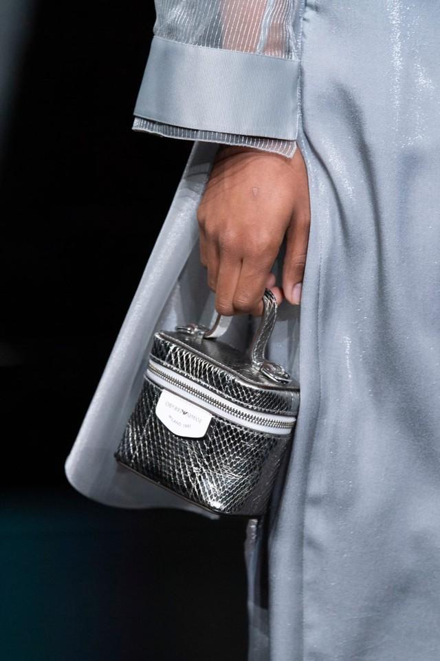 Túi xách siêu nhỏ tiếp tục đổ bộ các tuần lễ thời trang - Ảnh 8.