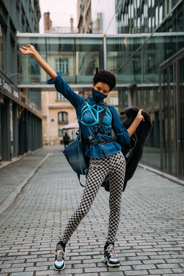 Paris Fashion Week Xuân – Hè 2021: mốt nhất là… khẩu trang - Ảnh 2.