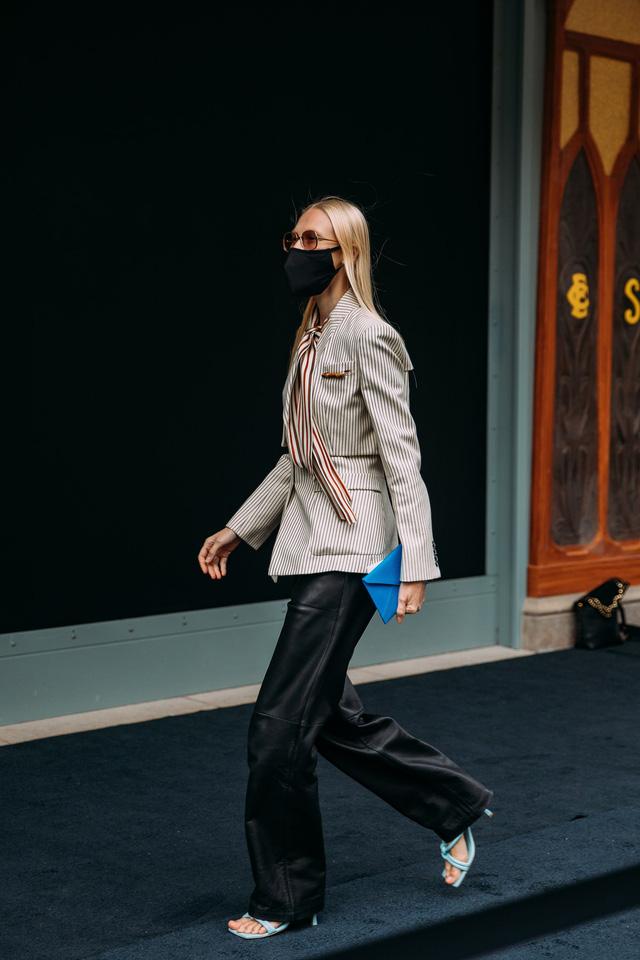 Paris Fashion Week Xuân – Hè 2021: mốt nhất là… khẩu trang - Ảnh 5.