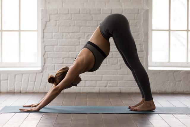 Những động tác kéo giãn đơn giản nên tập nếu bạn ngồi cả ngày - Ảnh 3.