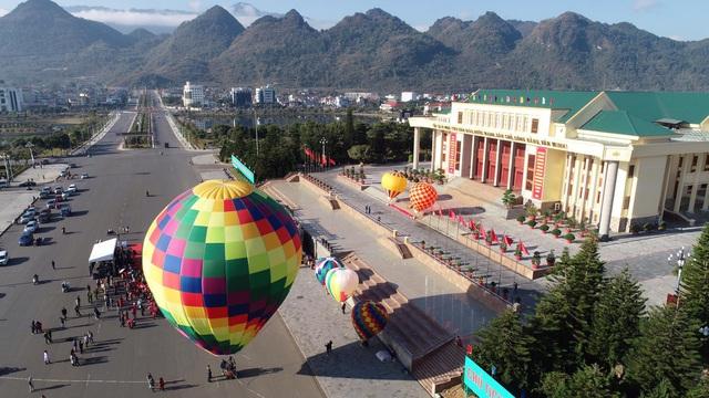 Đến Lai Châu khai mạc giải dù lượn và ngắm khinh khí cầu - Ảnh 2.